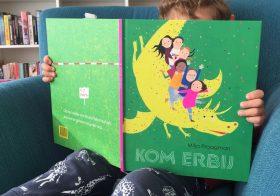 De familie Jansen leest het prentenboek van de Kinderboekenweek van Milja Praagman